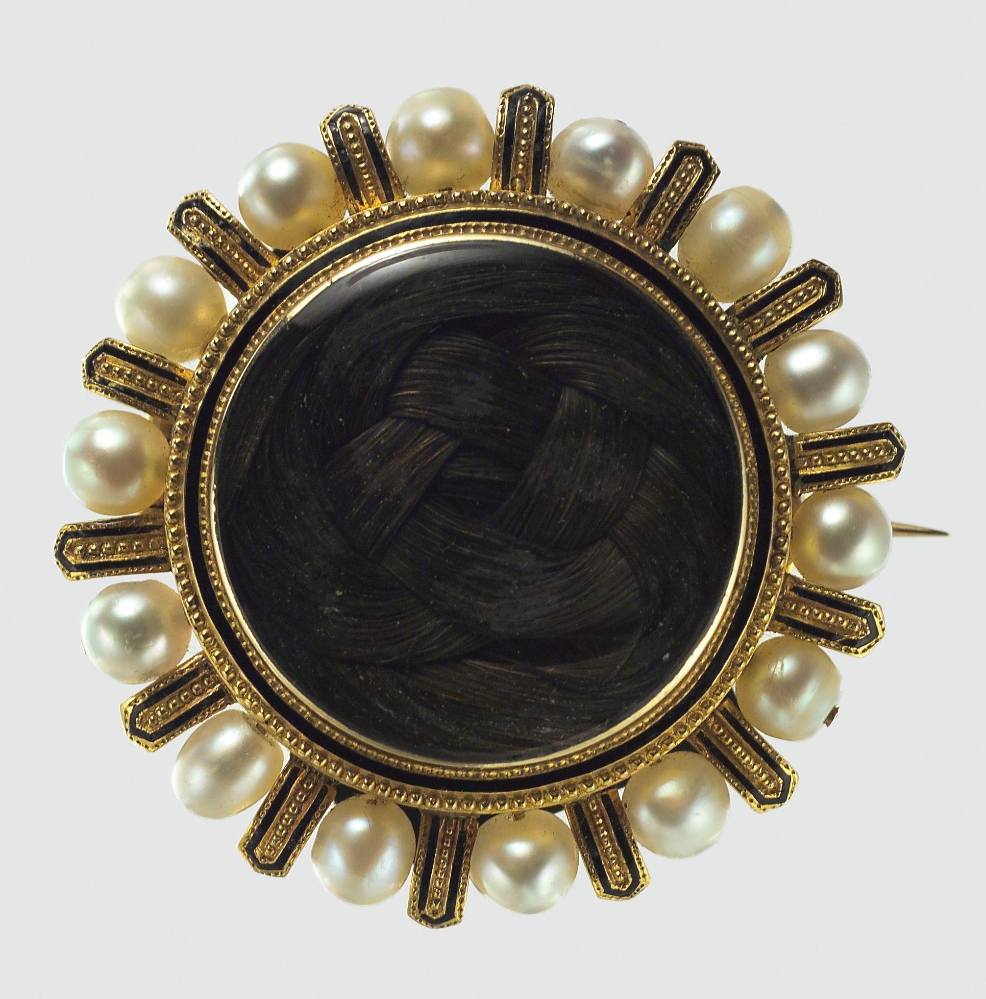 Broche, 1868. Collectie Metropolitan Museum of Art, 2000.556, goud, menselijk haar, email, parels