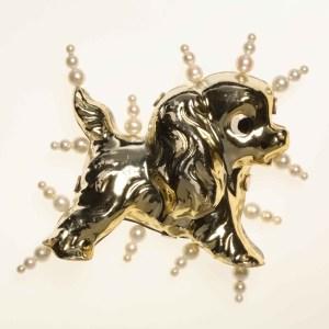 Mette Saabye, The Puppy, broche, Collectie Statens Kunstfond, SKFK-2007-020. Foto Statens Kunstfond, parel, porselein, zilver