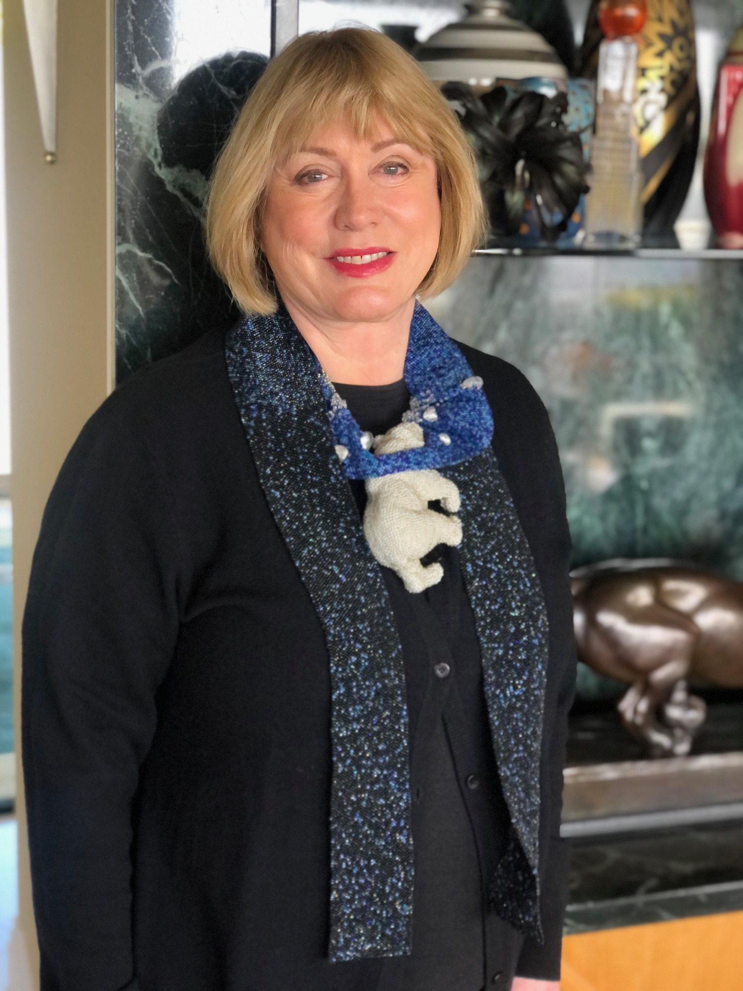 Susan Beech draagt Hopeless, halssieraad Sari Liimatta uit 2007, glaskralen, kunststof, portret