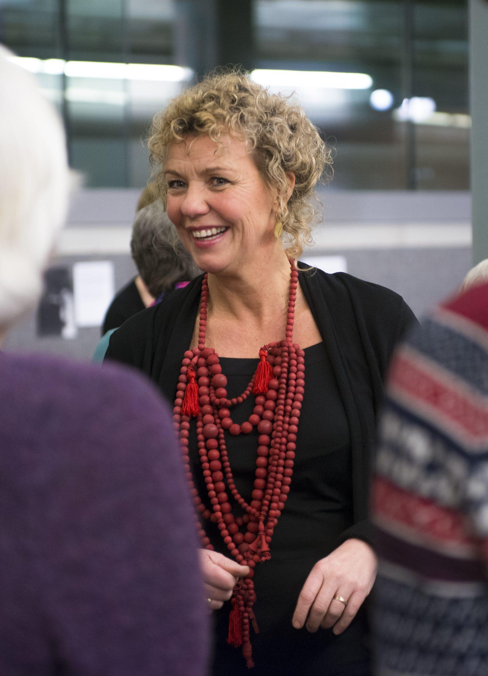 Vrouw draagt halssieraad van Katja Prins tijdens de opening van Kettingreacties, CODA, 2014. Foto CODA