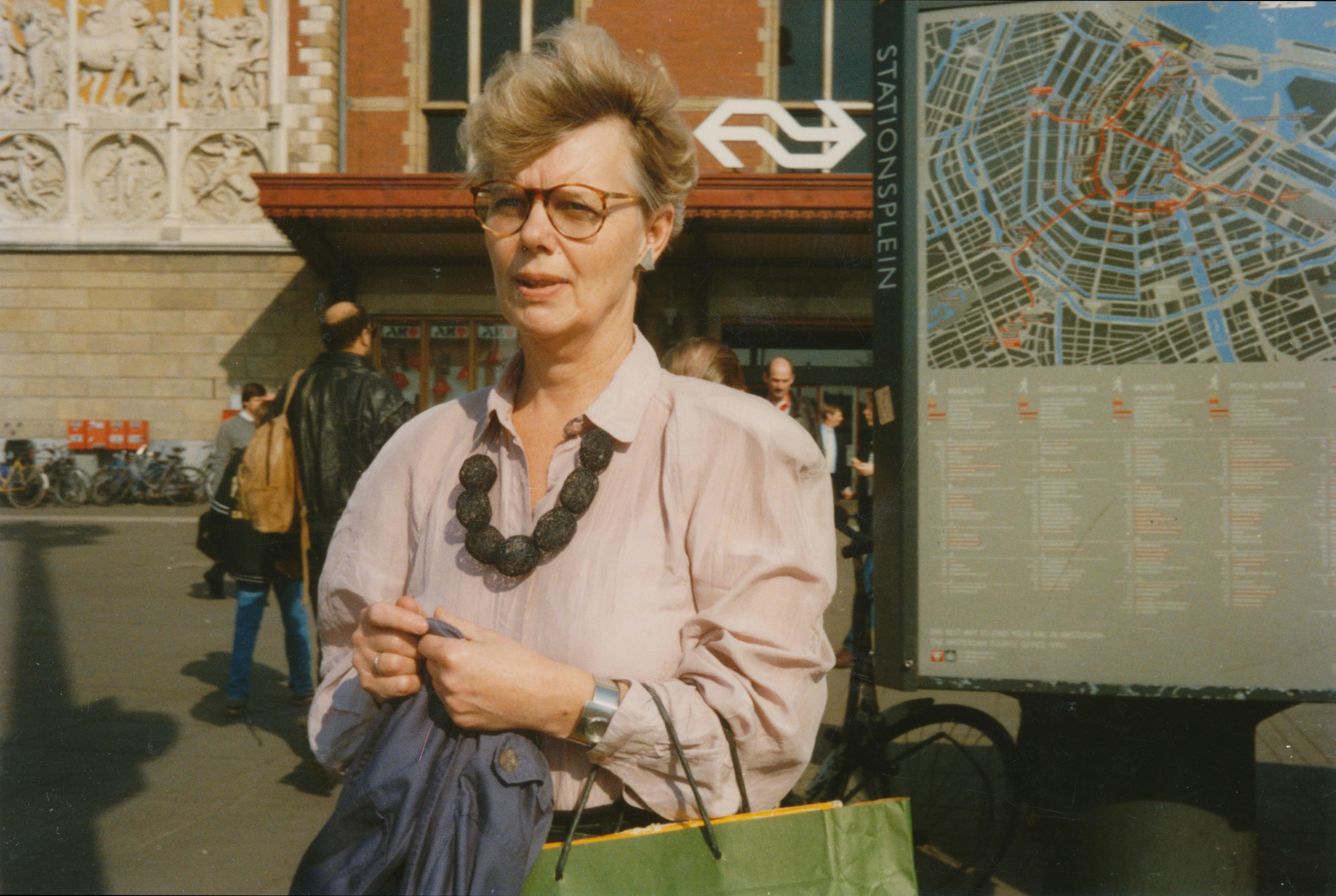 Claartje Keur, Zelfportret met halssieraad van Peggy Bannenberg, Amsterdam, Stationsplein, maart 1993. Foto Claartje Keur
