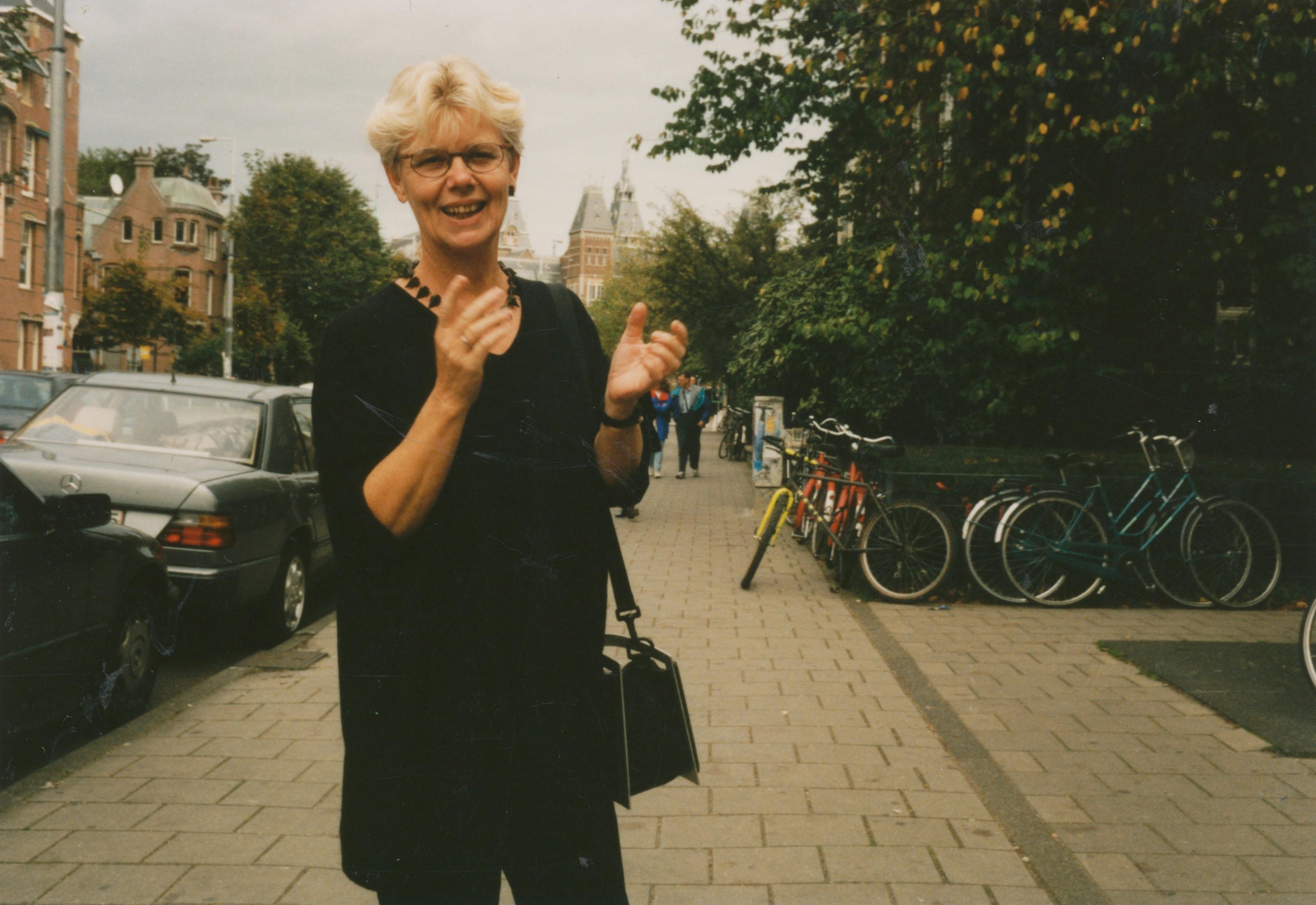 Claartje Keur, Zelfportret met halssieraad van Philip Sajet, Amsterdam, Paulus Potterstraat, 1995. Foto Claartje Keur
