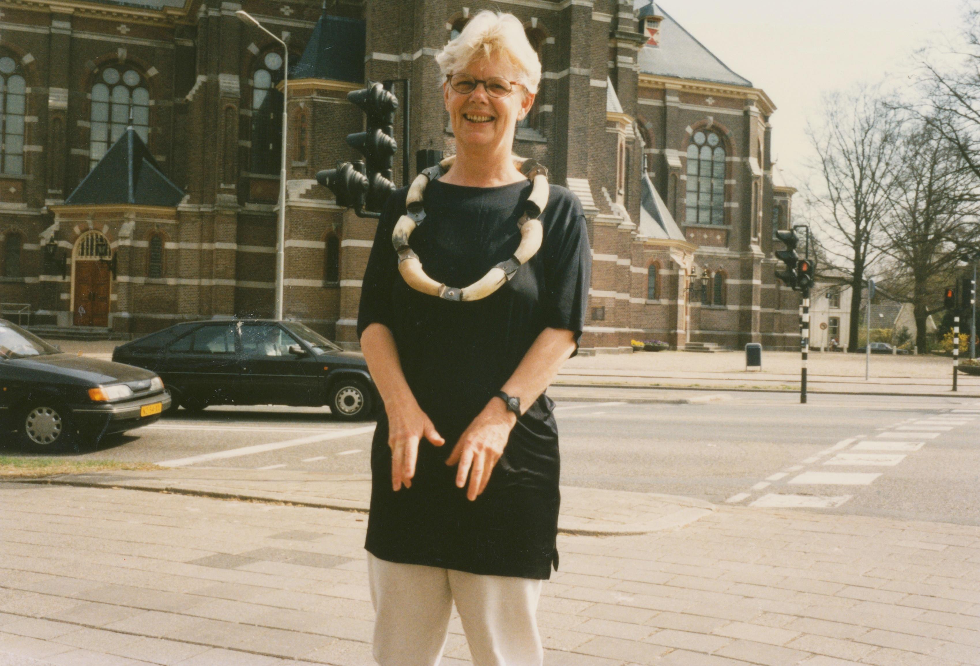 Claartje Keur, Zelfportret met halssieraad van Carel Visser, Apeldoorn, Grote Kerk, 22 april 1996. Foto Claartje Keur