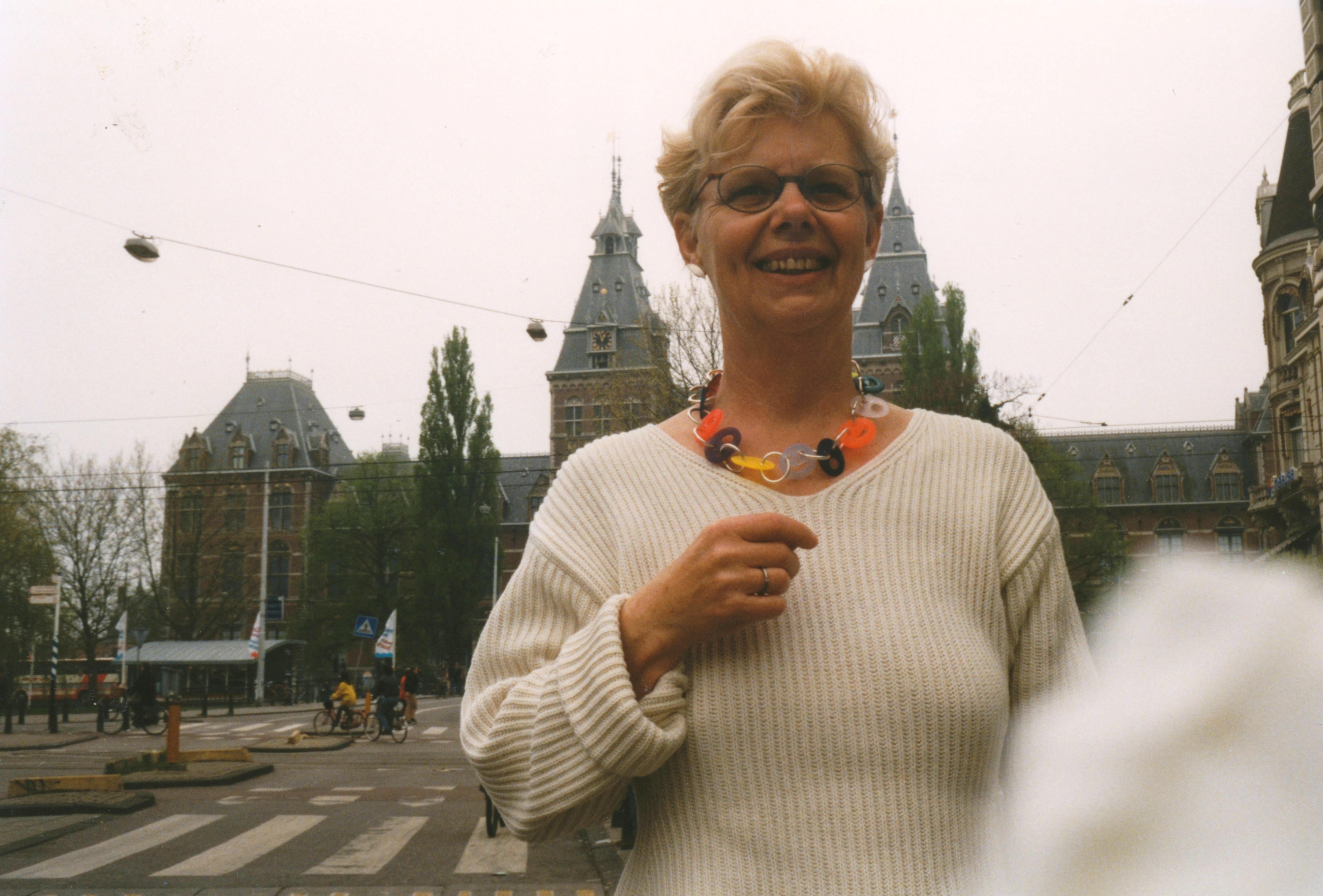 Claartje Keur, Zelfportret met halssieraad van Paul Derrez, Amsterdam, Rijksmuseum, 2 mei 1998. Foto Claartje Keur