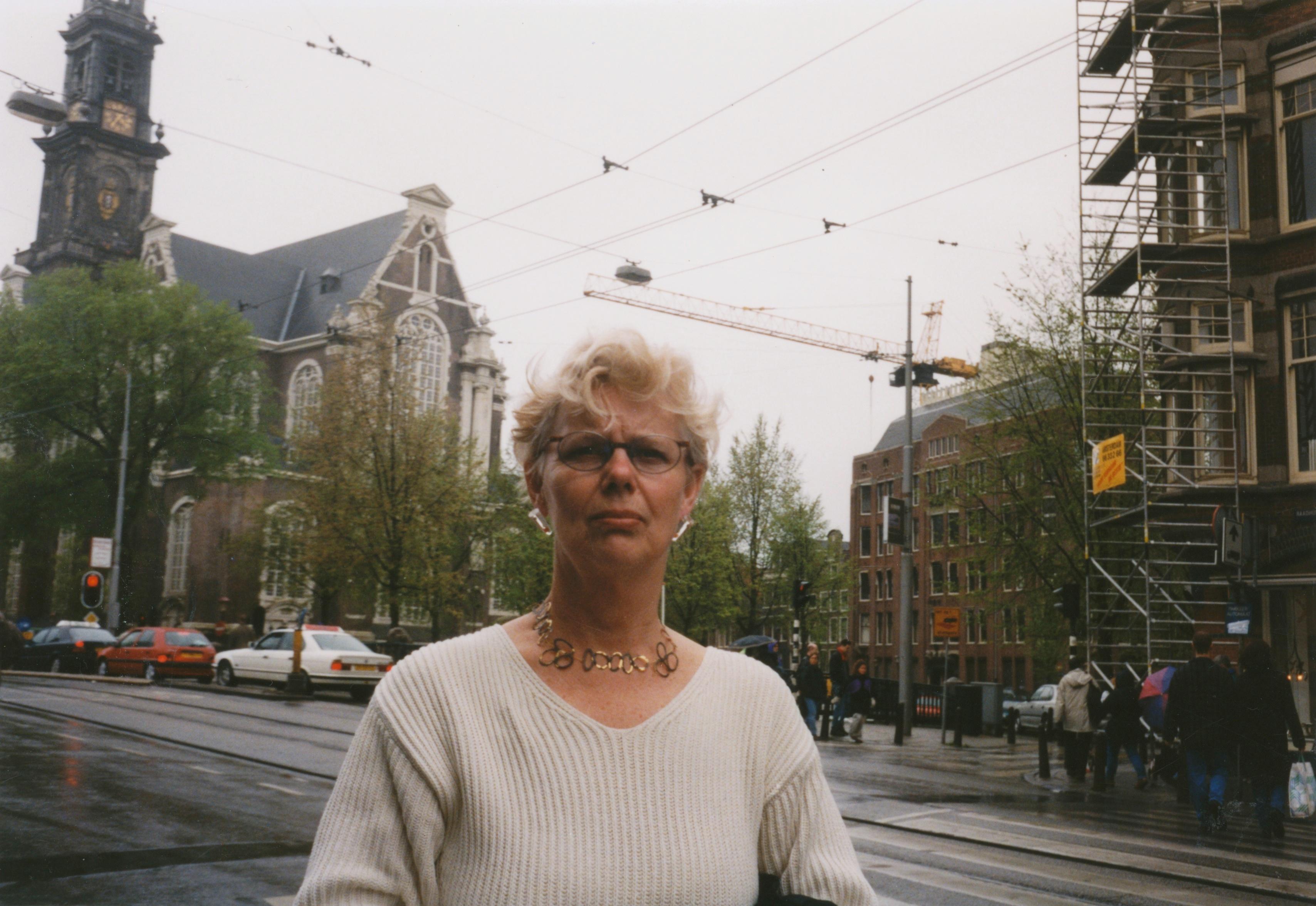 Claartje Keur, Zelfportret met halssieraad van Robert Smit, Amsterdam, Westerkerk, 2 mei 1998. Foto Claartje Keur