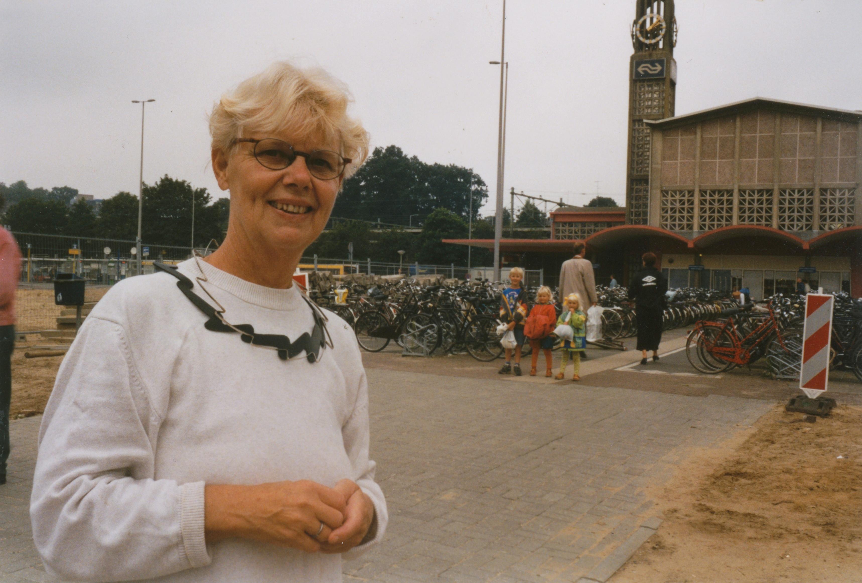 Claartje Keur, Zelfportret met halssieraad van Maria Hees, Arnhem, Centraal Station, 29 juli 1998. Foto Claartje Keur