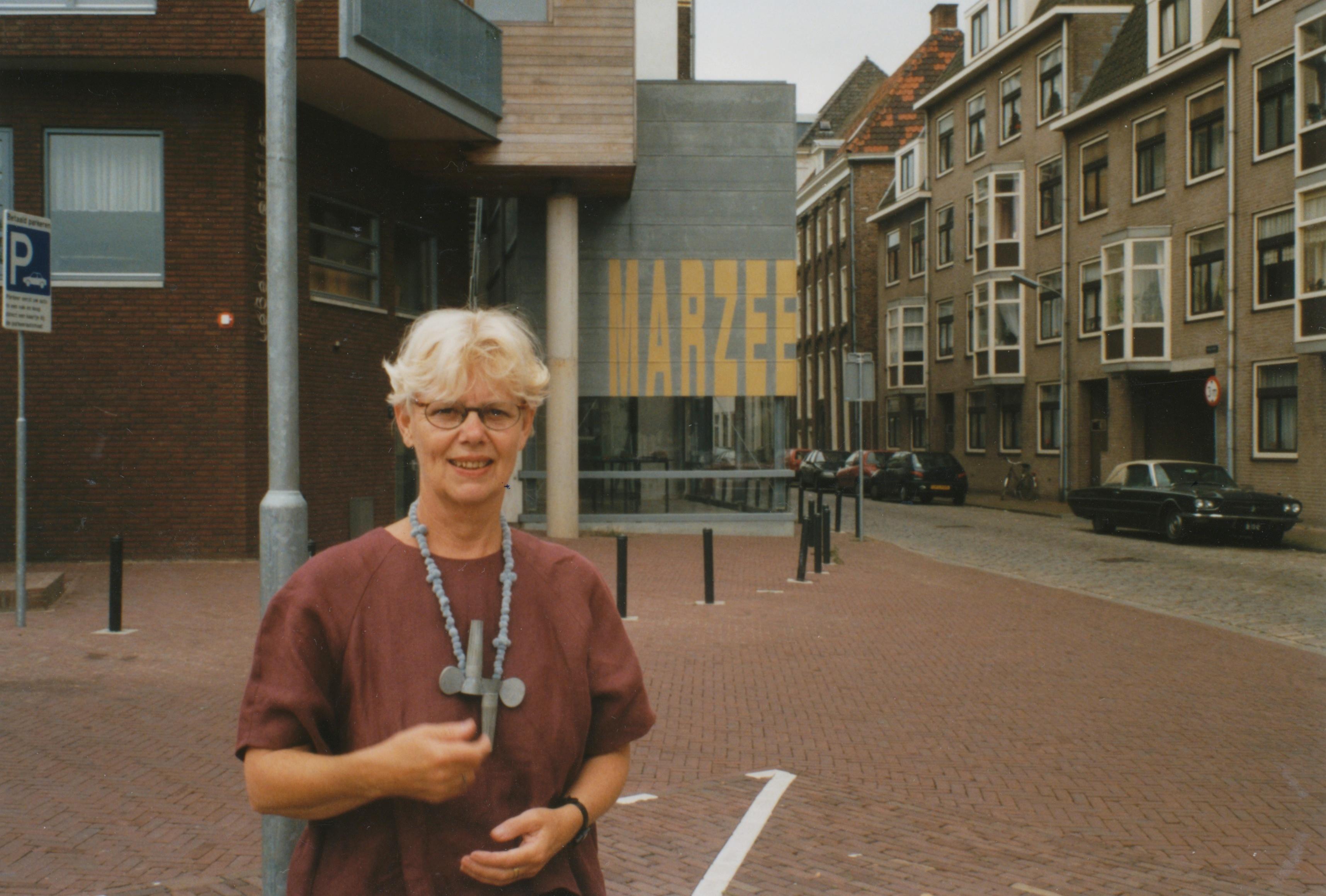 Claartje Keur, Zelfportret met halssieraad van Lucy Sarneel, Nijmegen, Galerie Marzee, 5 augustus 1998. Foto Claartje Keur