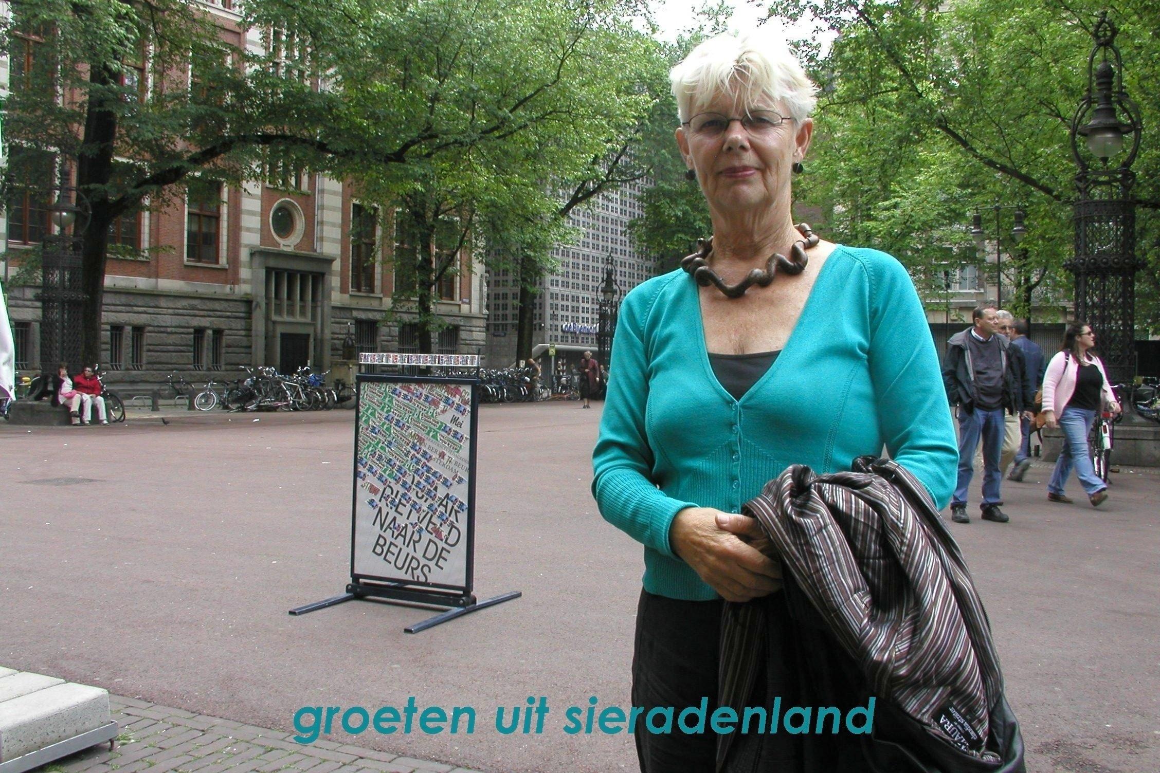 Claartje Keur, Zelfportret met halssieraad van Terhi Tolvanen, Amsterdam, Beursplein, 27 mei 2007. Foto Claartje Keur, Rietveld naar De Beurs