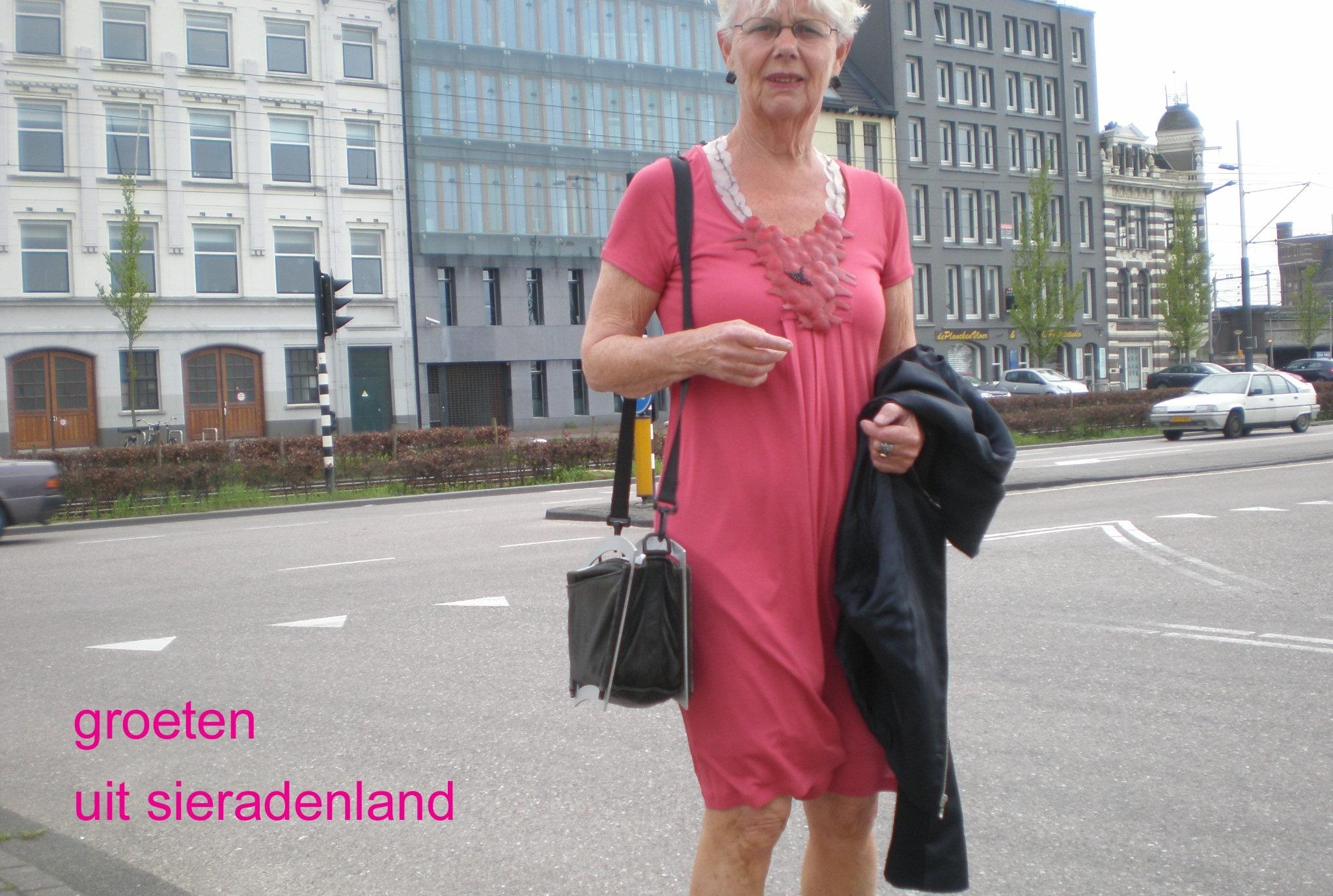 Claartje Keur, Zelfportret met halssieraad van Ela Bauer, Amsterdam, De Ruijterkade, 19 april 2009. Foto Claartje Keur