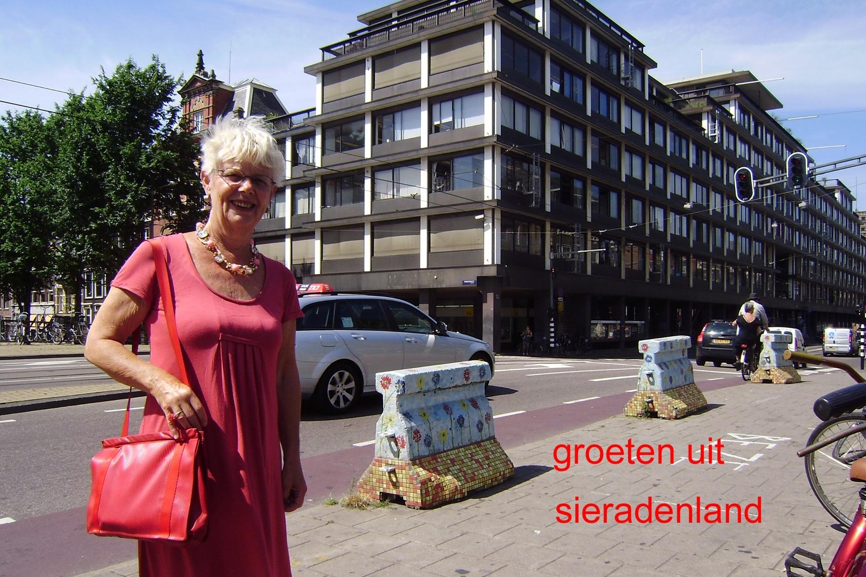 Claartje Keur, Zelfportret met halssieraad van Daniëlle Koninkx, Amsterdam, Vijzelstraat, 2010. Foto Claartje Keur