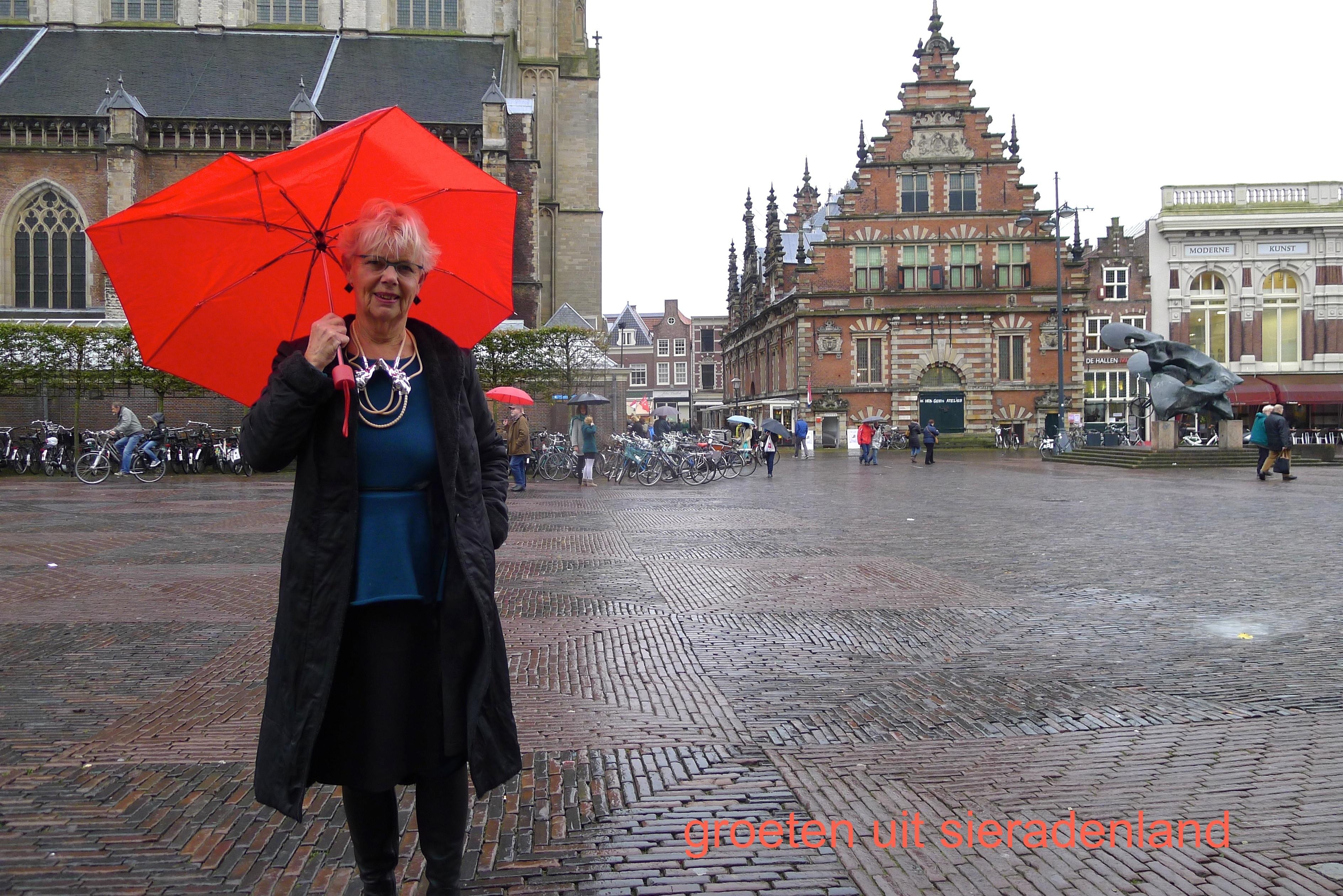 Claartje Keur, Zelfportret met halssieraad van Mi-Ah Rödiger, Haarlem, Sint Bavo en Vleeshal, 2012. Foto Claartje Keur