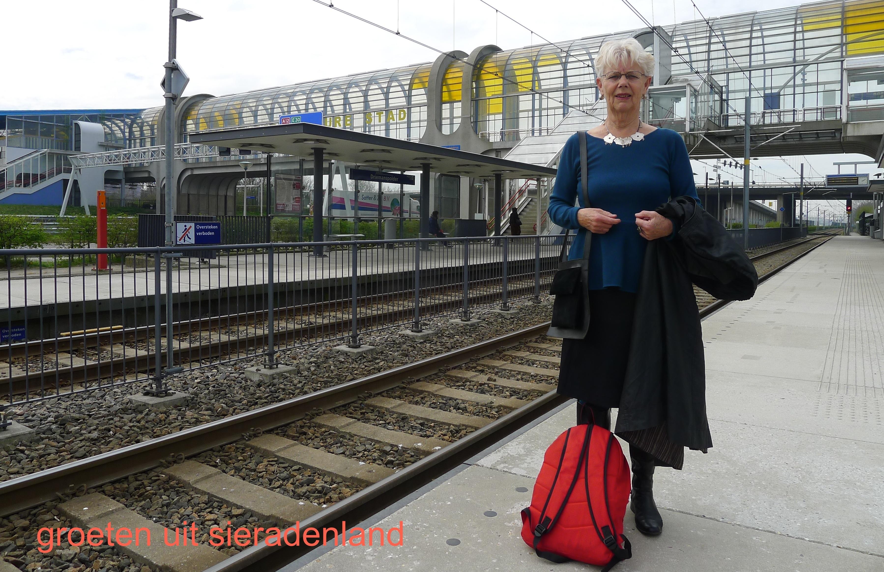 Claartje Keur, Zelfportret met halssieraad van Liesbeth Rommers, Zoetermeer, Station Driemanspolder, 25 april 2013. Foto Claartje Keur