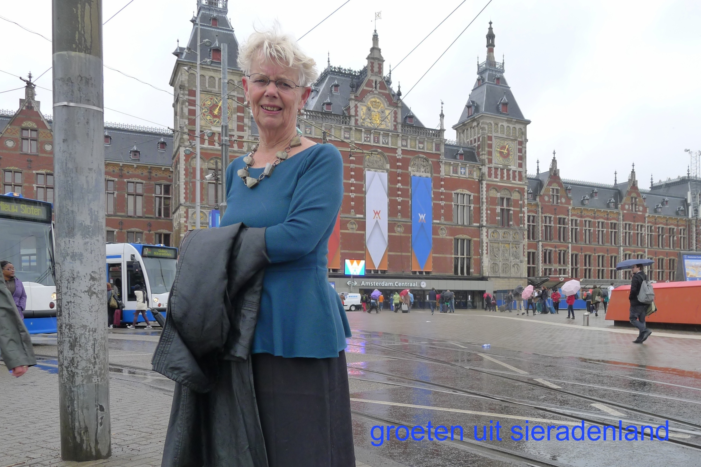 Claartje Keur, Zelfportret met halssieraad van Truike Verdegaal, Amsterdam, Stationsplein, 26 april 2013. Foto Claartje Keur
