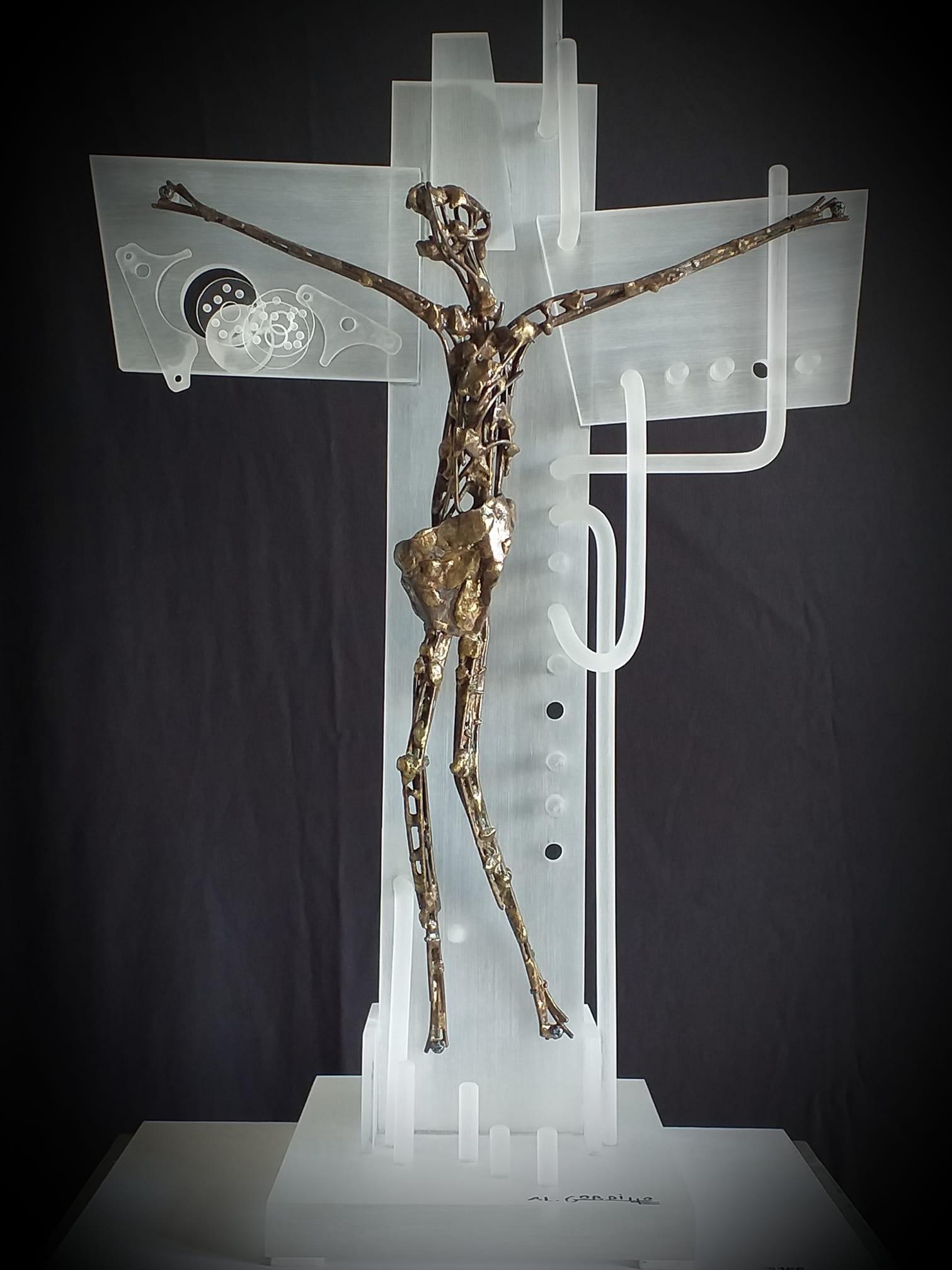 Alberto Gordillo, Christus aan het kruis, sculptuur, ijzer, messing, acrylglas
