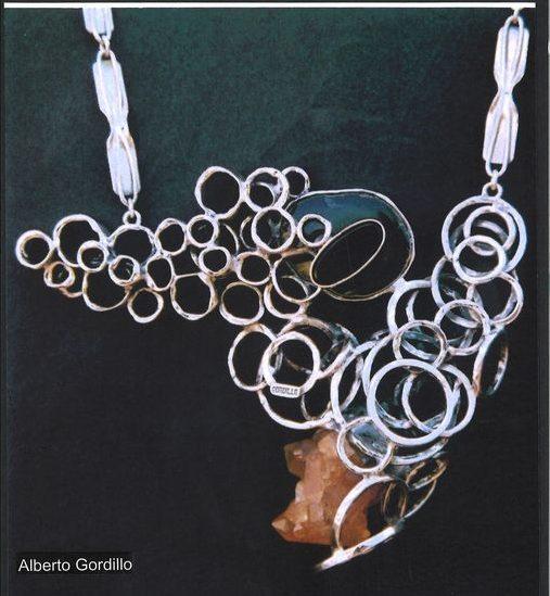 Alberto Gordillo, halssieraad, 2000. Collectie Museu Alberto Gordillo, zilver, rookkwarts, agaat, onyx