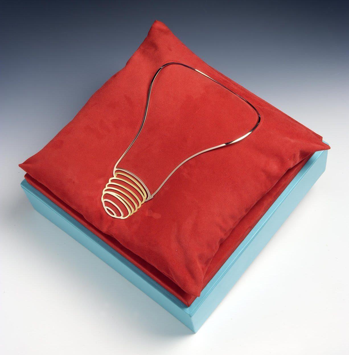 Michael Craig-Martin, Light Bulb Necklace, halssieraad, 2007. Foto Louisa Guinness Gallery, geel goud, wit goud