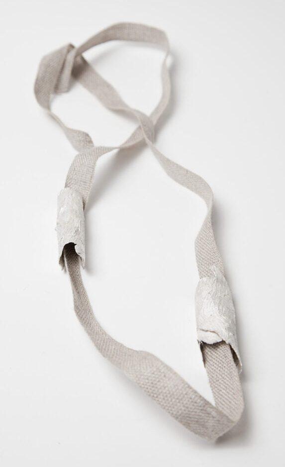 Marian Hosking, halssieraad, 2013, zilver, linnen