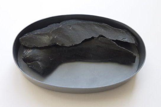 Thérèse Hilbert, Milos I, broche, 2009, gezwart zilver, obsidiaan