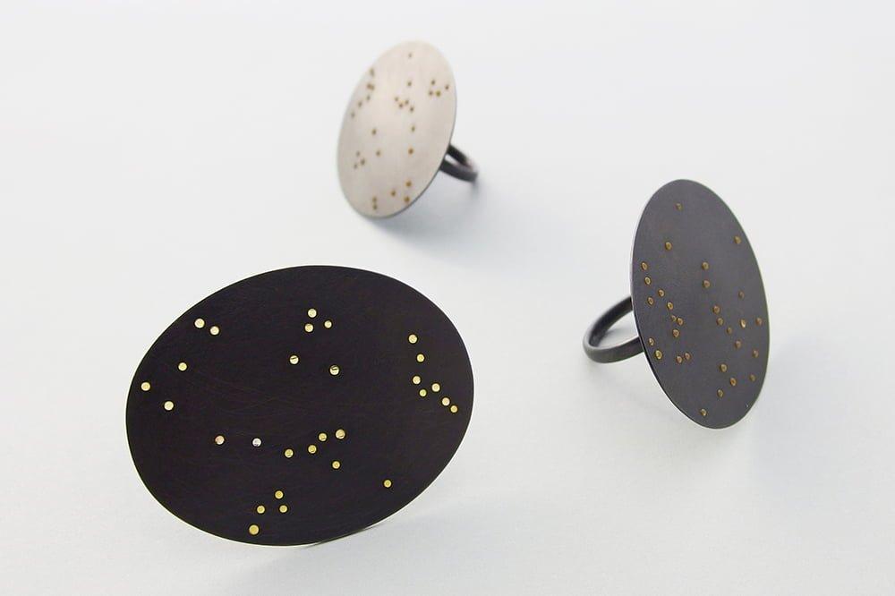 Akiko Kurihara, Night Sky Rings, ringen, geoxideerd zilver, glas