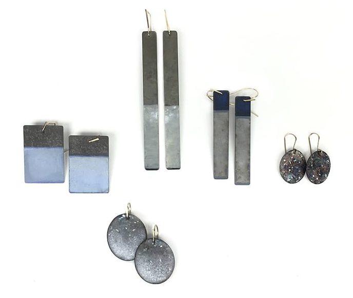 Inari Kiuru, oorsieraden, 2015, email, glas, koper, gegalvaniseerd staal, verf, goud