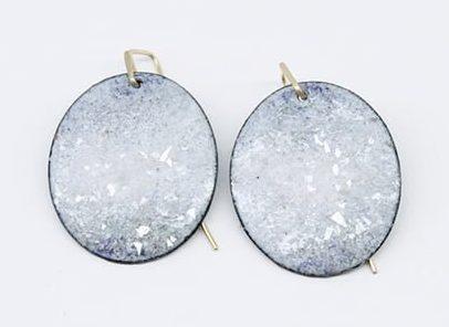 Inari Kiuru, Night Falls over Brunswick (White), oorsieraden, 2016, email, glas, koper, verf, zilver