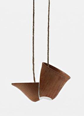 Sally Marsland, halssieraad, 2010, hout, verf, draad
