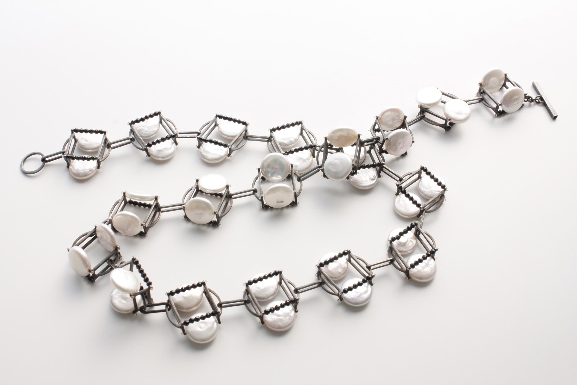 Alexandra Bahlmann, halssieraad, 2014, geoxideerd zilver, zwarte spinel, parels