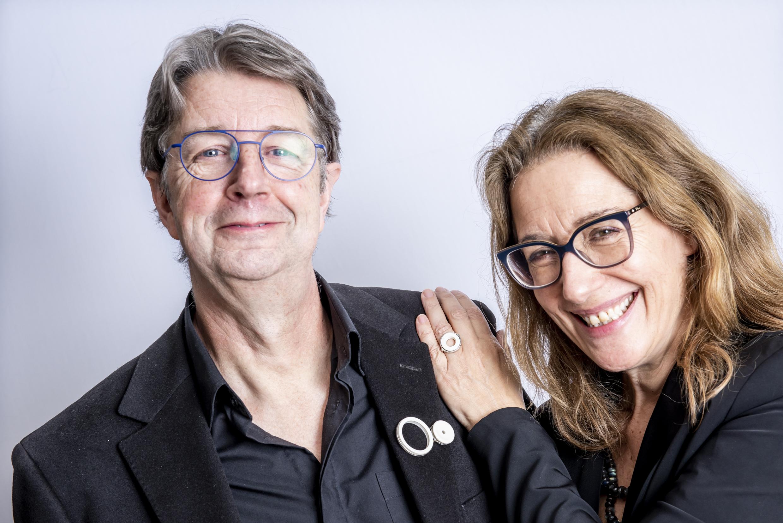Hans en Bianca dragen een broche en een ring van Judith Bloedjes. Foto CODA, porselein, zilver