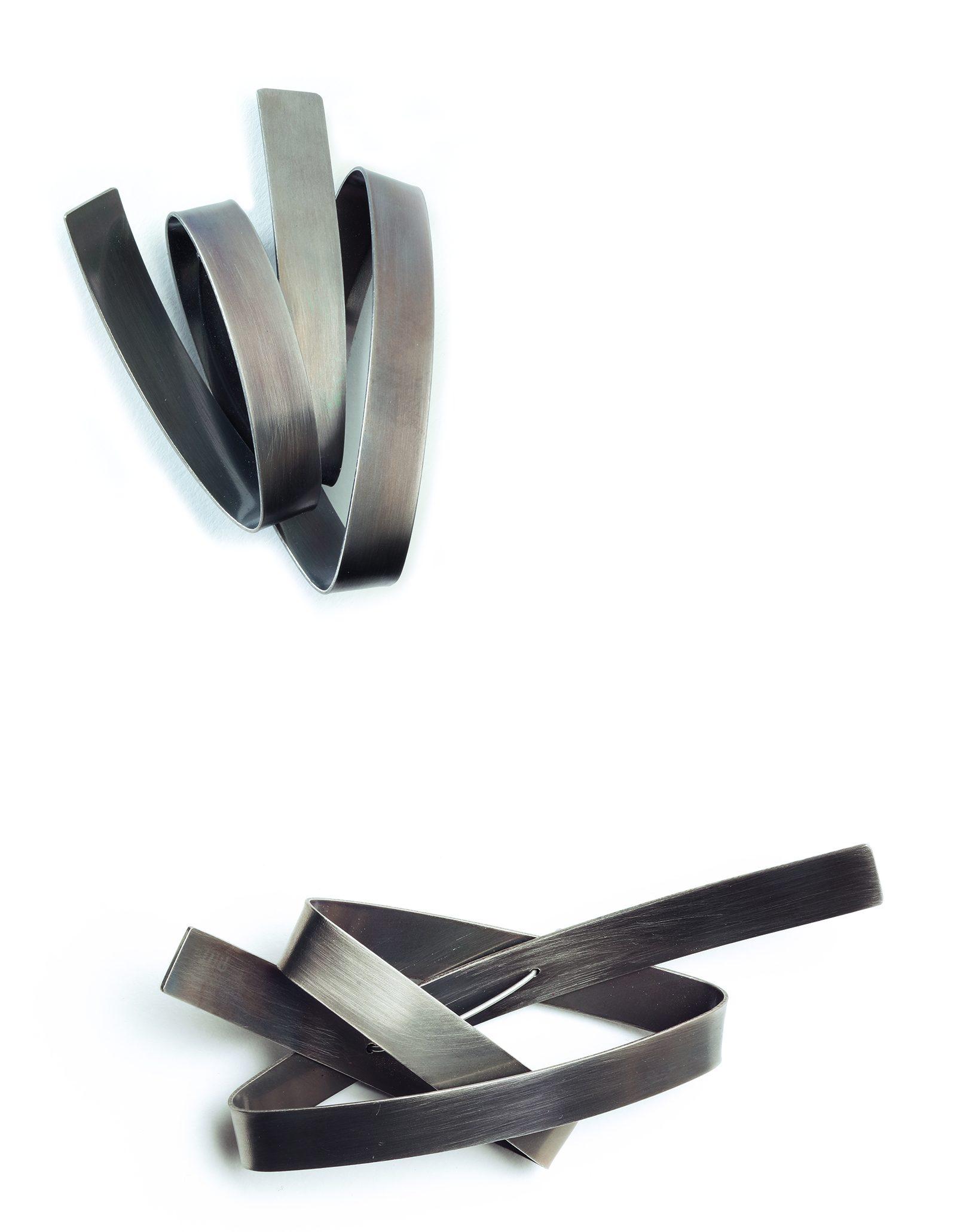 Silke Trekel, Knoten/Knot en Wächter/Guardian, broches, 2017. Foto Christoph Sandig, titanium