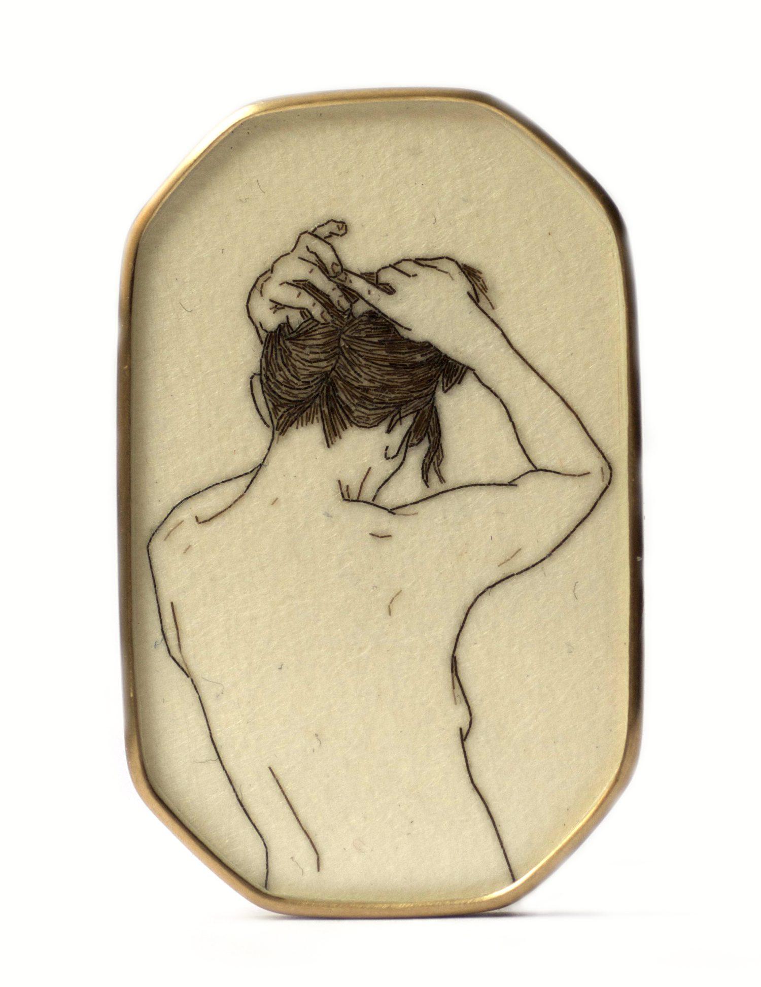 Melanie Bilenker, broche, 2013, voorzijde. Foto Sienna Patti, menselijk haar, papier, goud, kristal, Von Hier und Dort, 2015