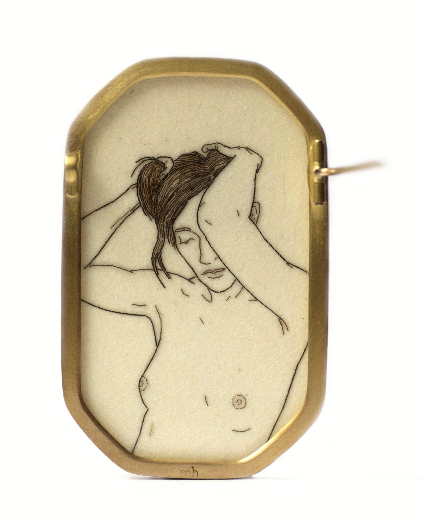 Melanie Bilenker, Pin, broche, 2013, achterzijde. Von Hier und Dort, 2015. Foto Sienna Patti, menselijk haar, papier, goud, kristal