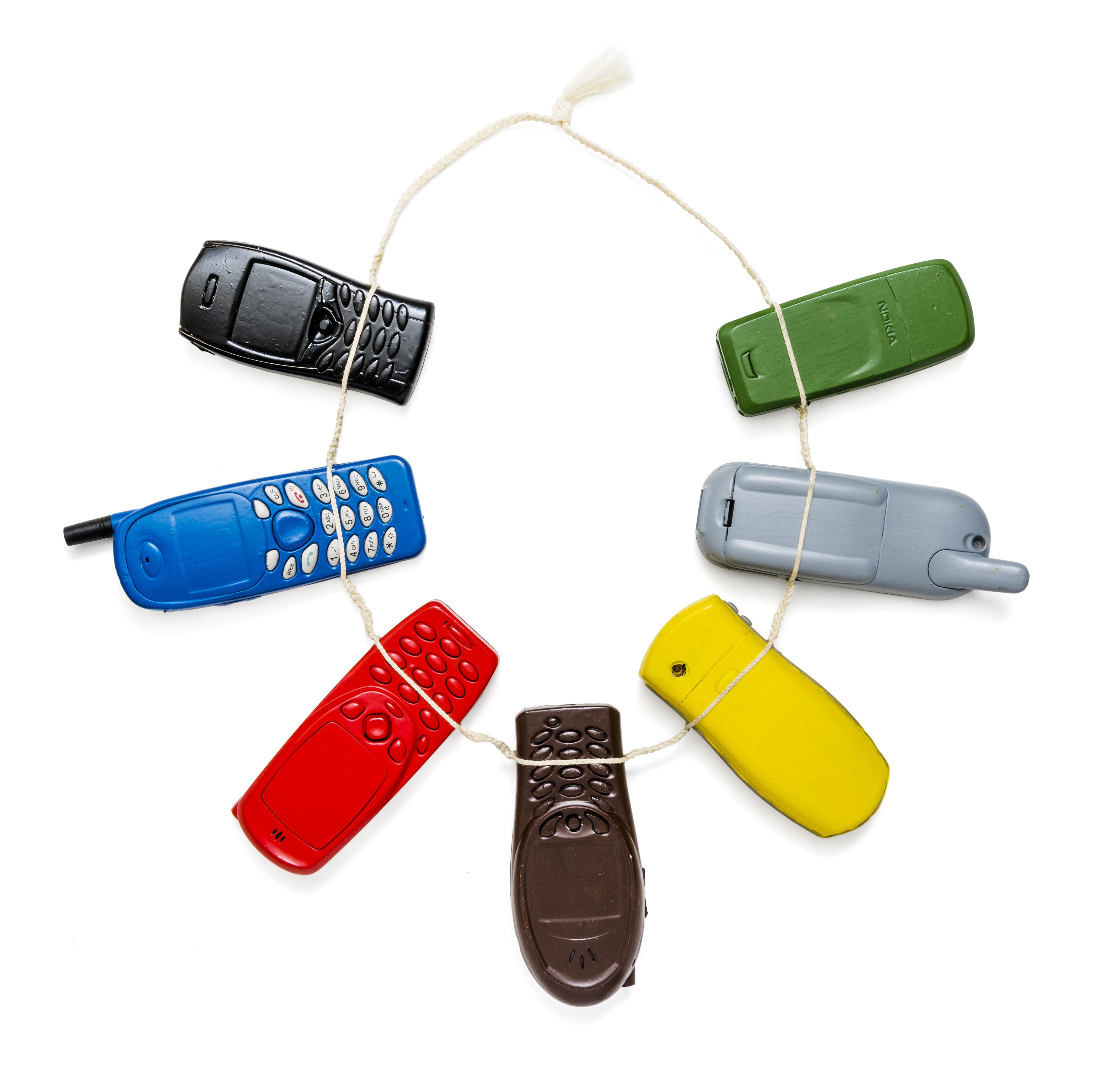 Lisa Walker, halssieraad, 2010, mobiele telefoons, verf, draad, Collectie Jorunn Veiteberg