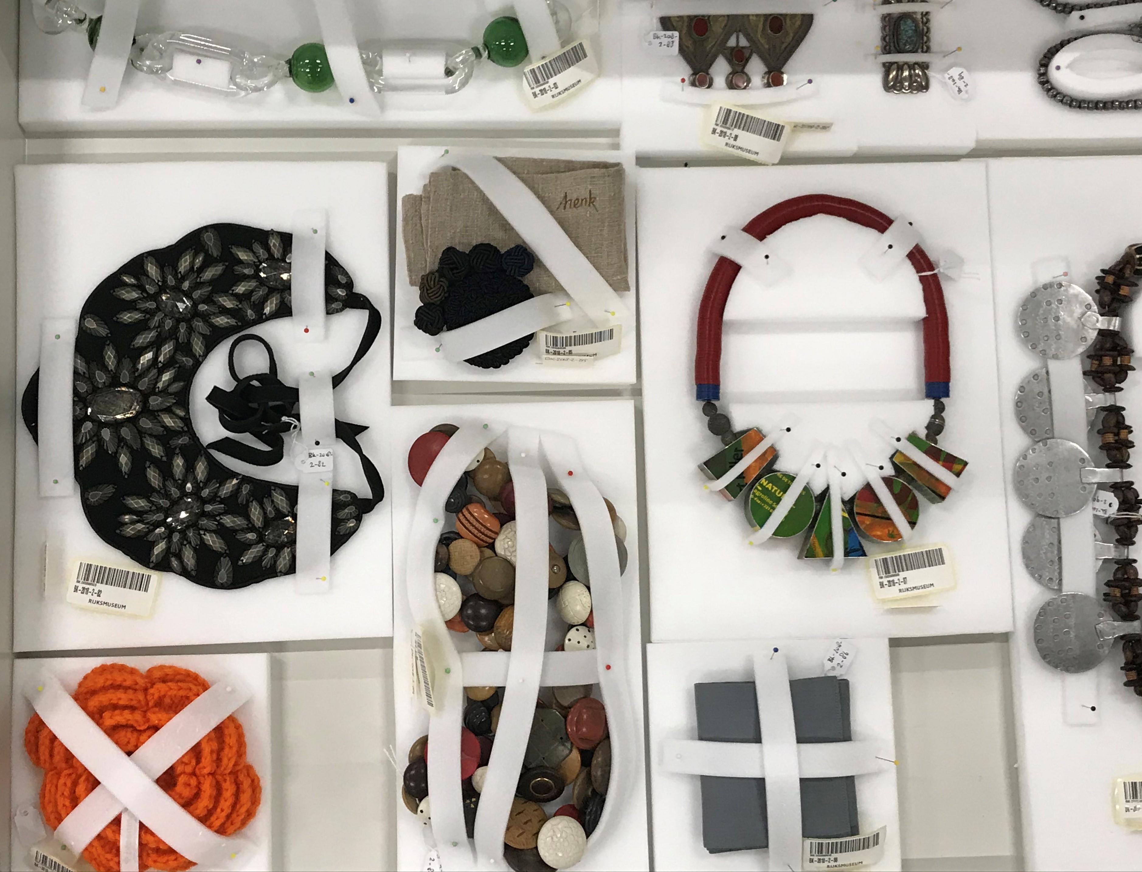 Marjan Unger collectie in het depot van het Rijksmuseum. Foto Wim Hoeben, Henk Leppink, halssieraden, glas, knopen, textiel, Melvin Anderson, glas