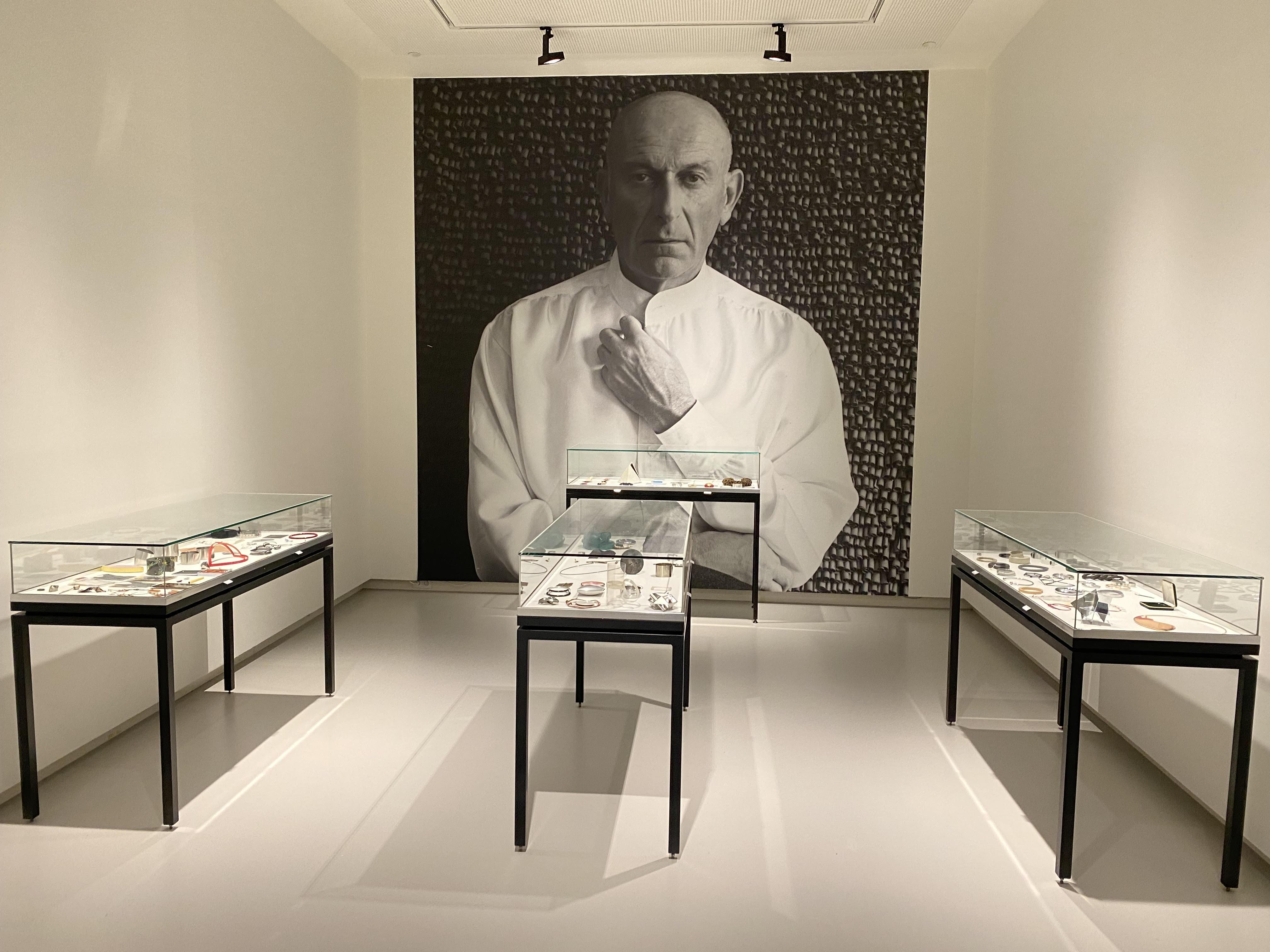 Collectie Benno Premsela, Design Museum Den Bosch, 2021. Foto Hans Appenzeller, portret, vitrines, tentoonstelling