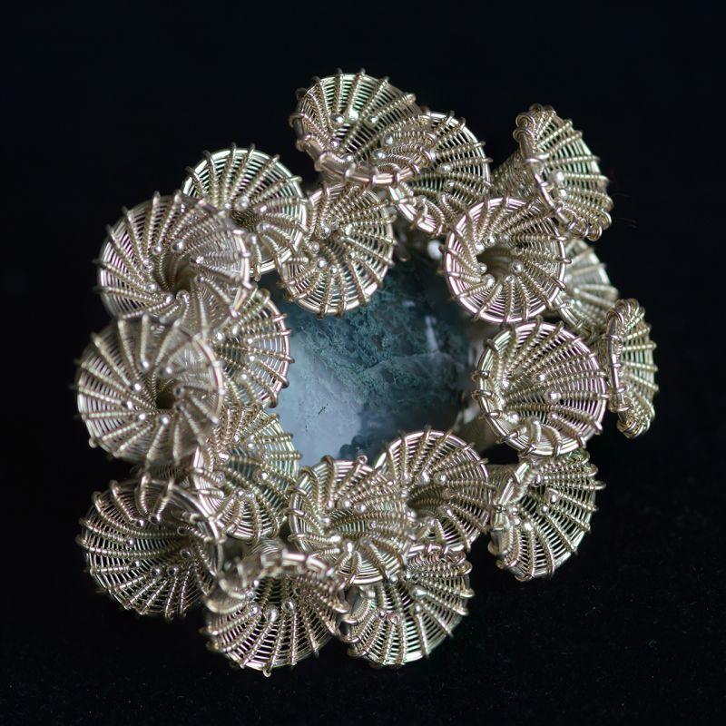 Maja Houtman, ring. Foto David Aardewerk, zilver, mosagaat