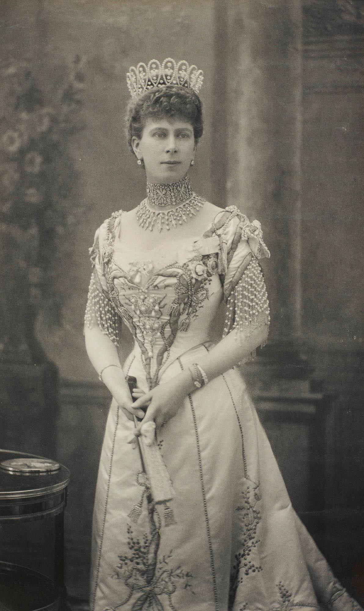 W. & D. Downey, Queen Mary draagt Loop tiara van Boucheron, foto, 1905, portret, waaier, halssieraad, armbanden
