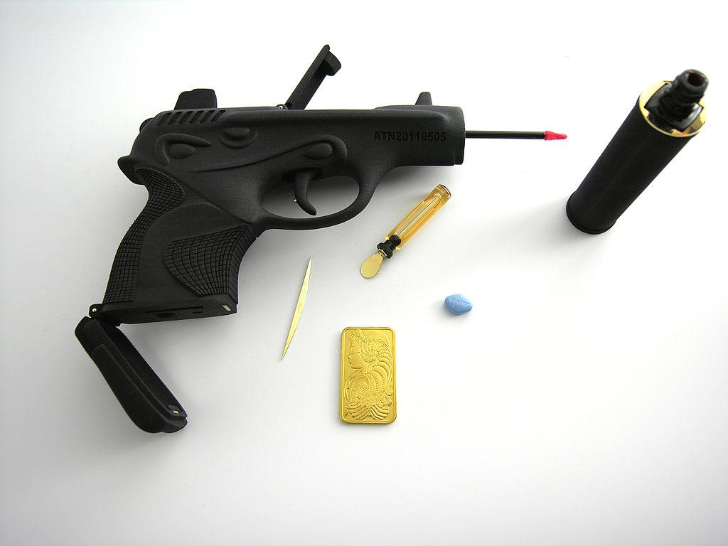 Ted Noten, Chanel 001, 7 Necessities for a Woman series, 2011. Foto Atelier Ted Noten, 3D-geprint nylon, goud, lipgloss, viagra, parfum, spiegel, USB-stick