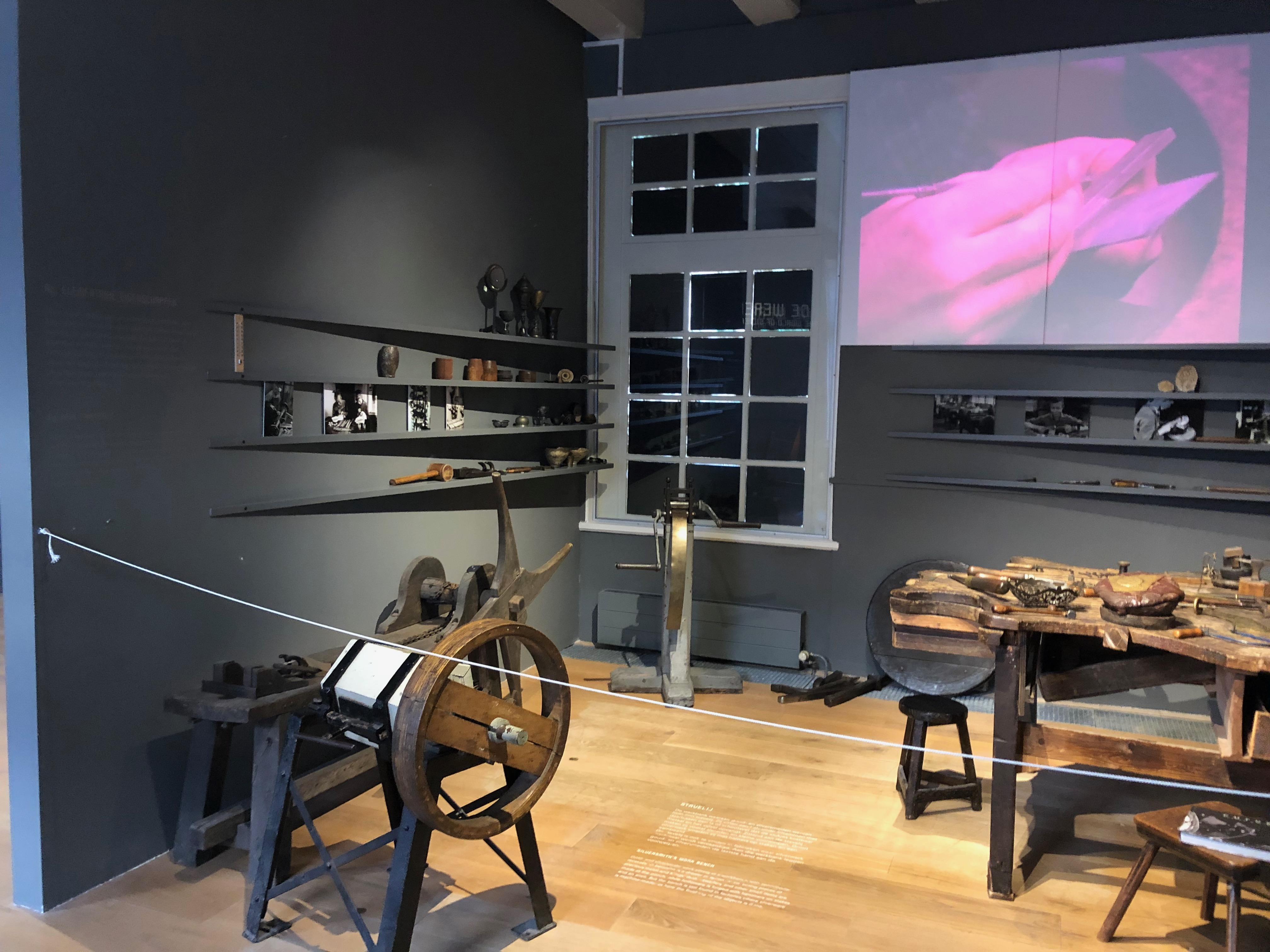 Zilvermuseum Schoonhoven, vaste opstelling, 2019. Foto Hanno Lans, werkbank, gereedschap