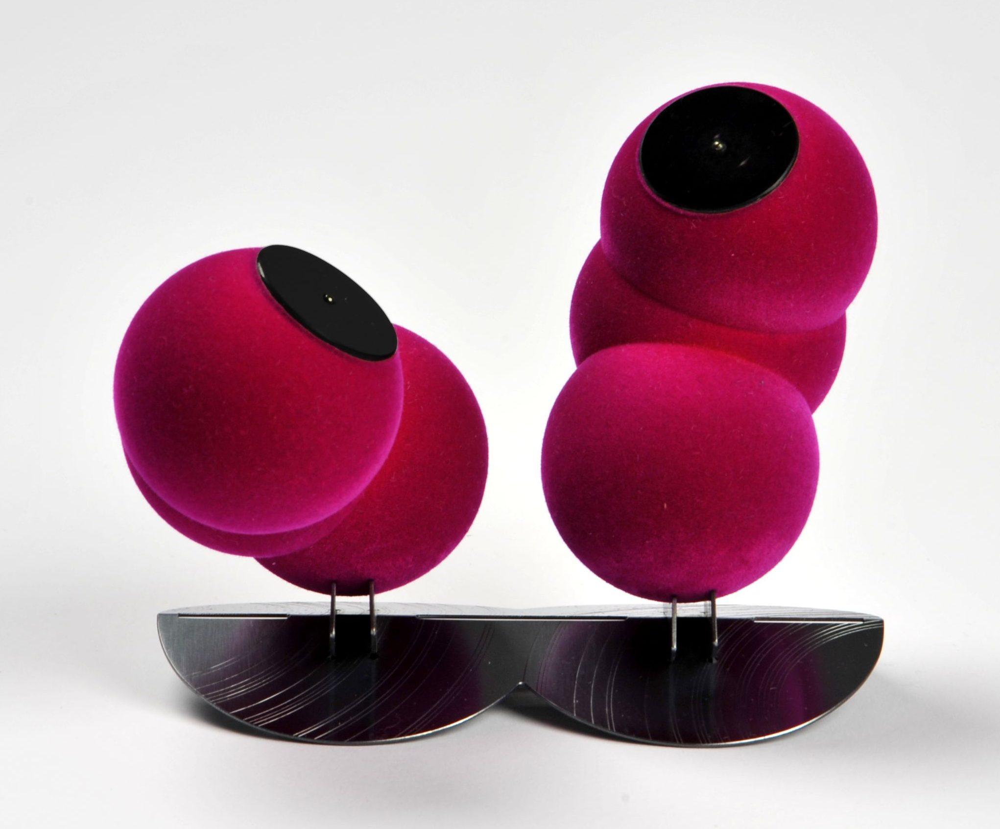 Norman Weber, Flock Balls 4.2, broche, 2014. Von Hier und Dort, 2015, alpaca, plastic, flock, staal