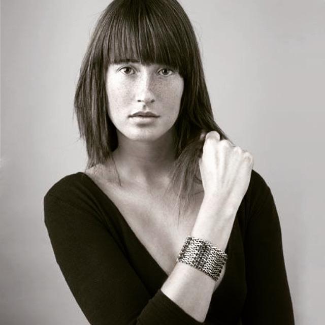 V-mesh armband, 1983. Foto Victor Bergen Henegouwen, zilver