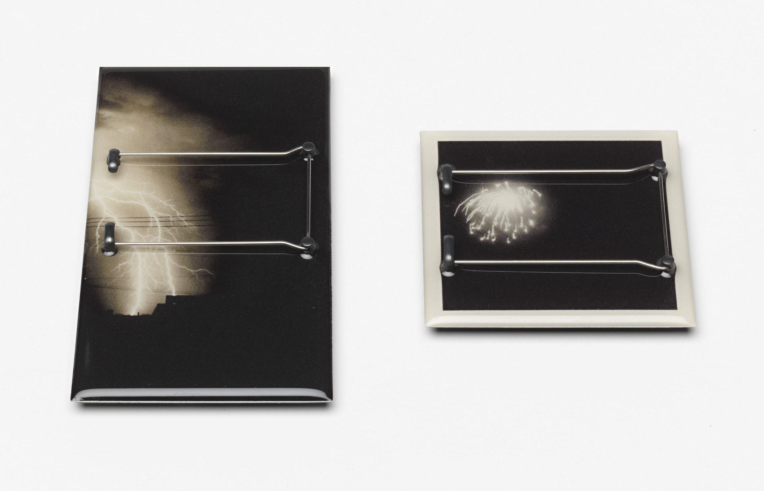 Kiko Gianocca, Never been there, broches, 2012, achterzijde. Von Hier und Dort, 2015, zilver, hars, lak