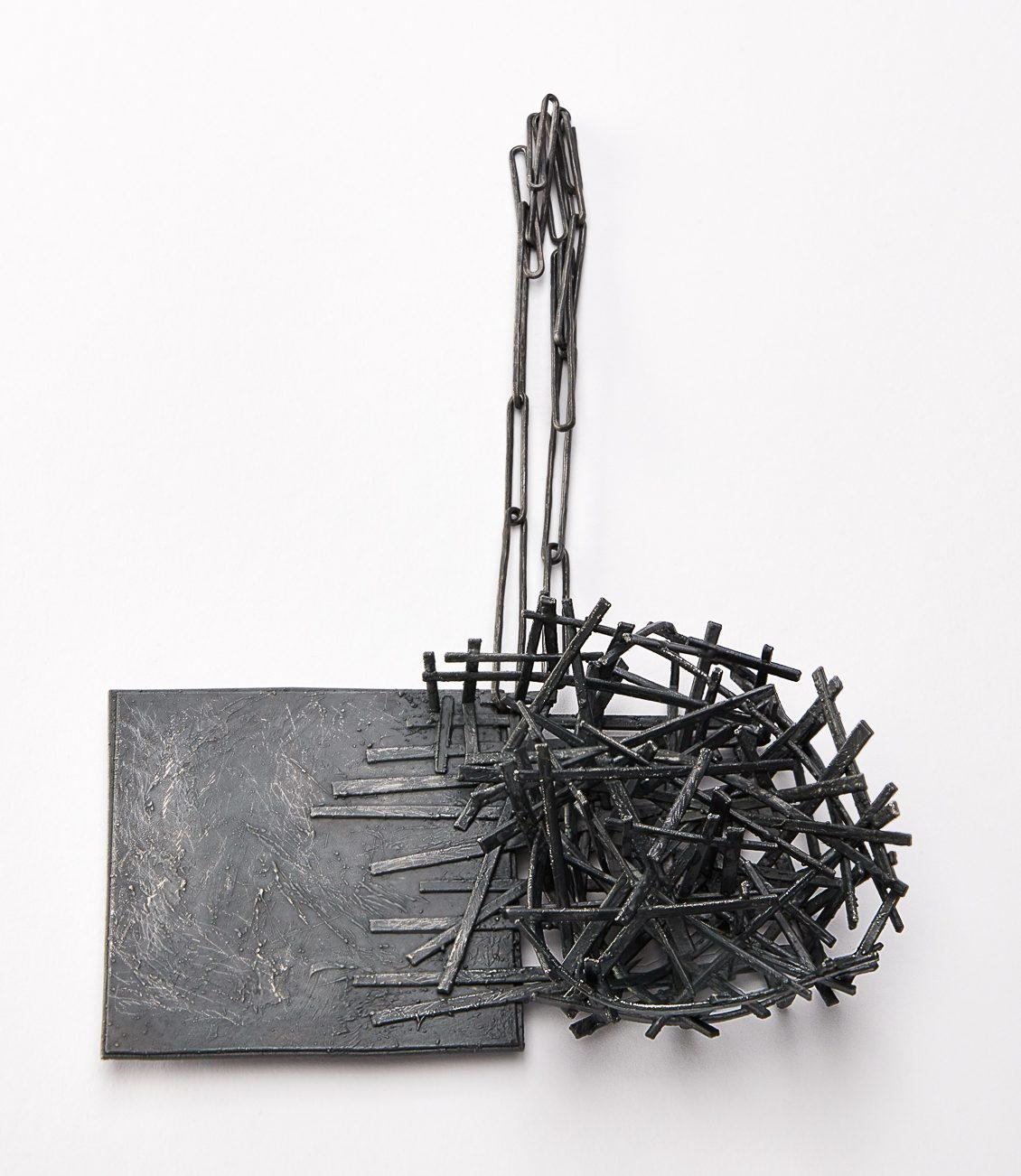 Iris Bodemer, Juxtaposition 1, halssieraad, 2019. Foto Nicole Eberwein, zilver, thermoplast