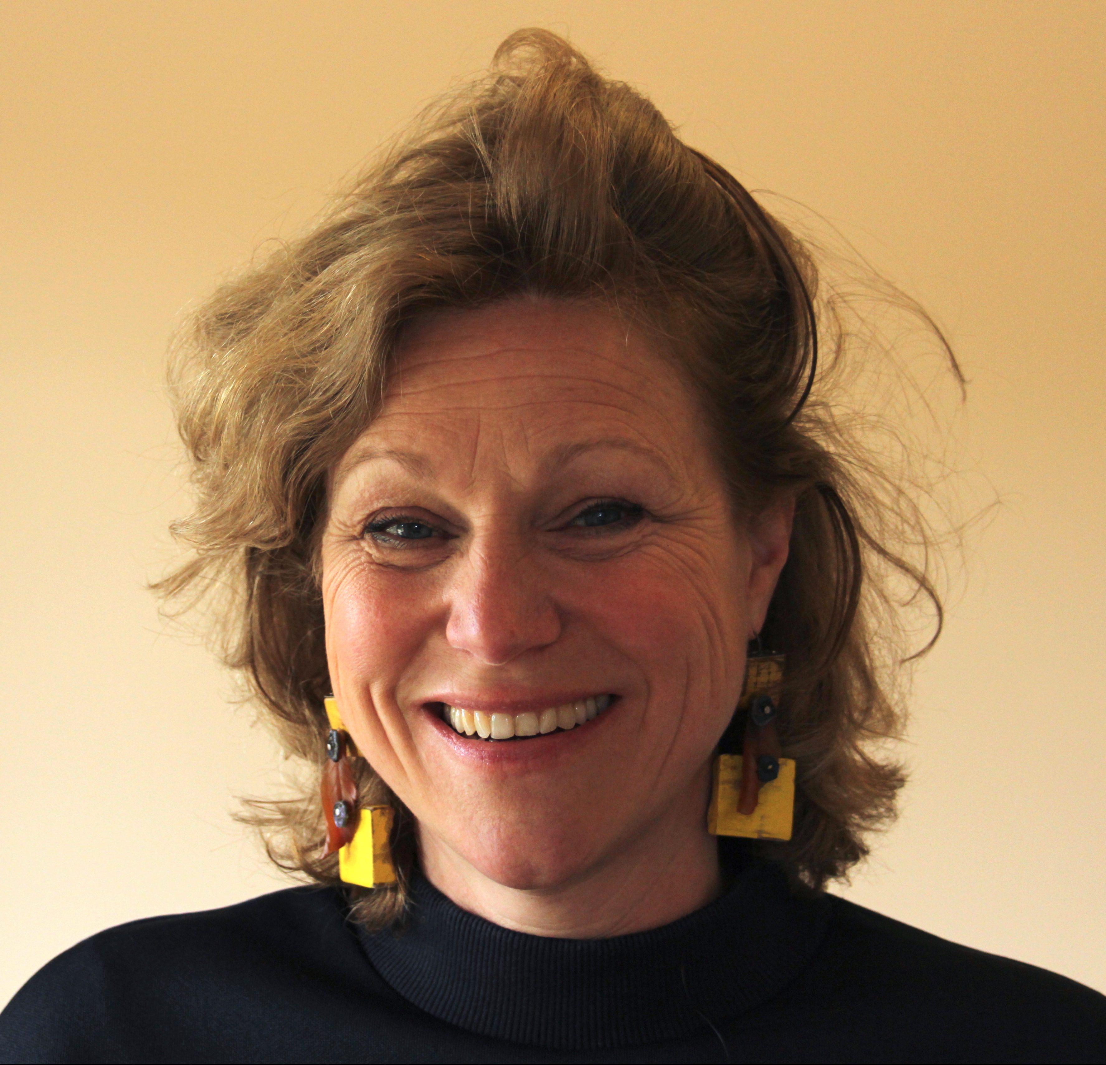 Saskia van Es draagt oorsieraden van Tatjana Giorgadse, 2018. Foto Saskia van Es, hout, agaat, zilver, linoleum