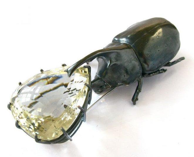 Georg Dobler, Nasenkäfer mit Bergkristalltropf, broche, gexideerd zilver, kristal
