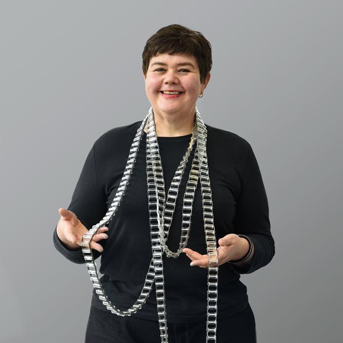 Blanche Tilden draagt halssieraad van Blanche Tilden. portret, glas