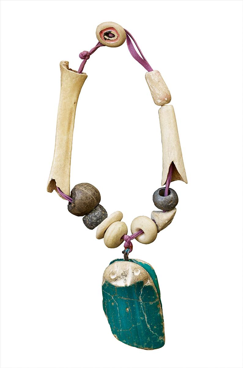 Françoise Gilot en Pablo Picasso, Owl, halssieraad, 1948. Particuliere collectie, koord, bot, steen, metaal
