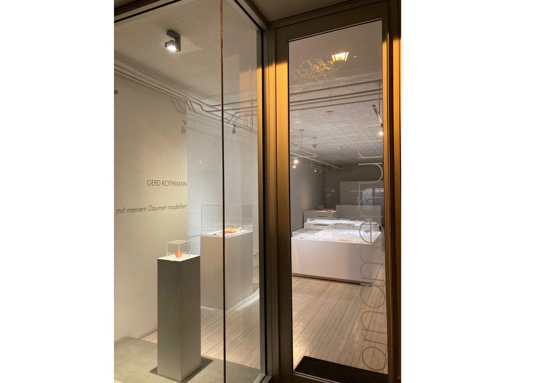 Ornamentum Gallery, entree. Gerd Rothmann, Gelbe Blume, ring, 2021. Foto Ornamentum Gallery, gevel, tentoonstelling