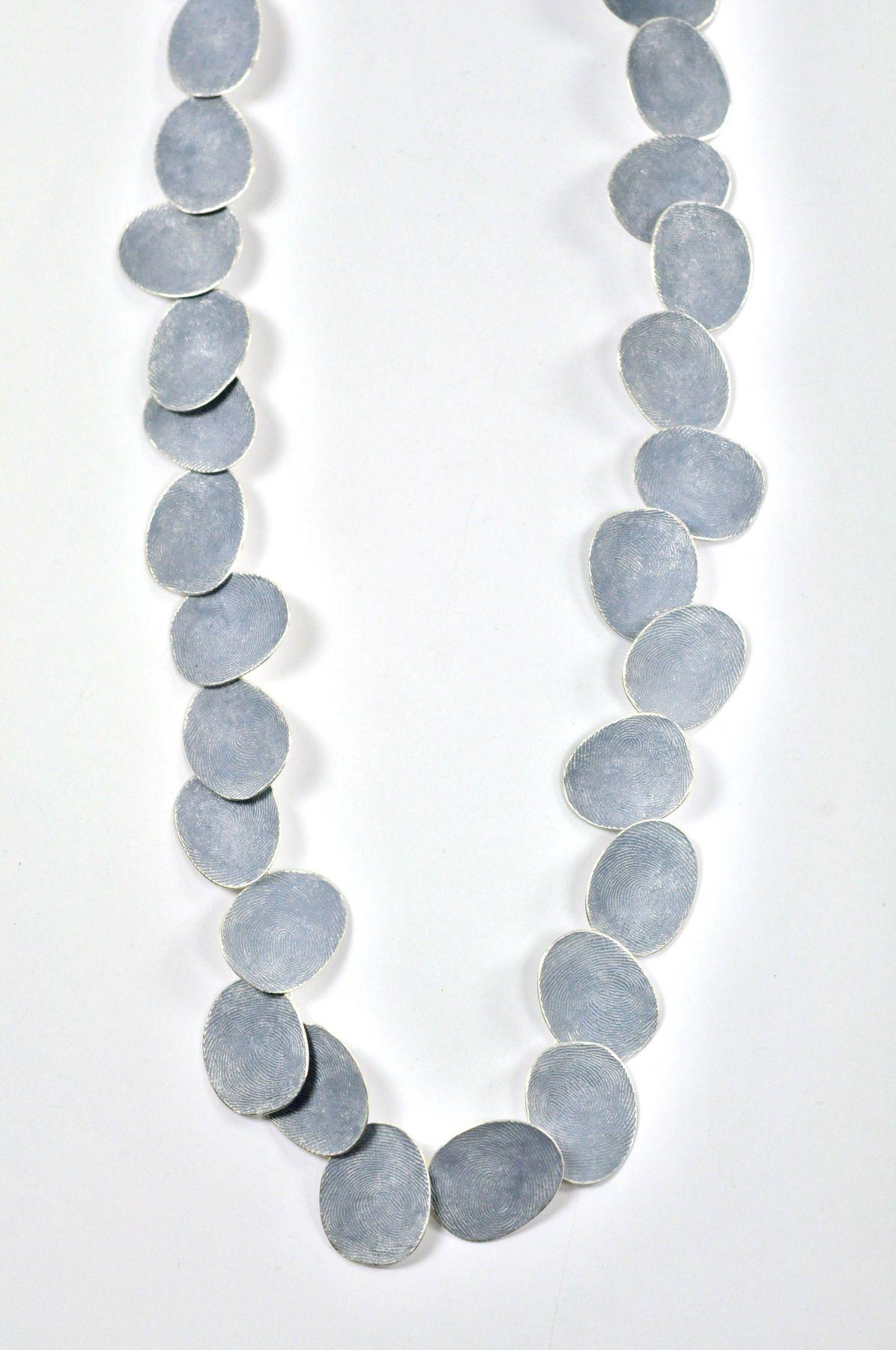Gerd Rothmann, Geheimnisvolles Blau, halssieraad, 2021, zilver, pigment