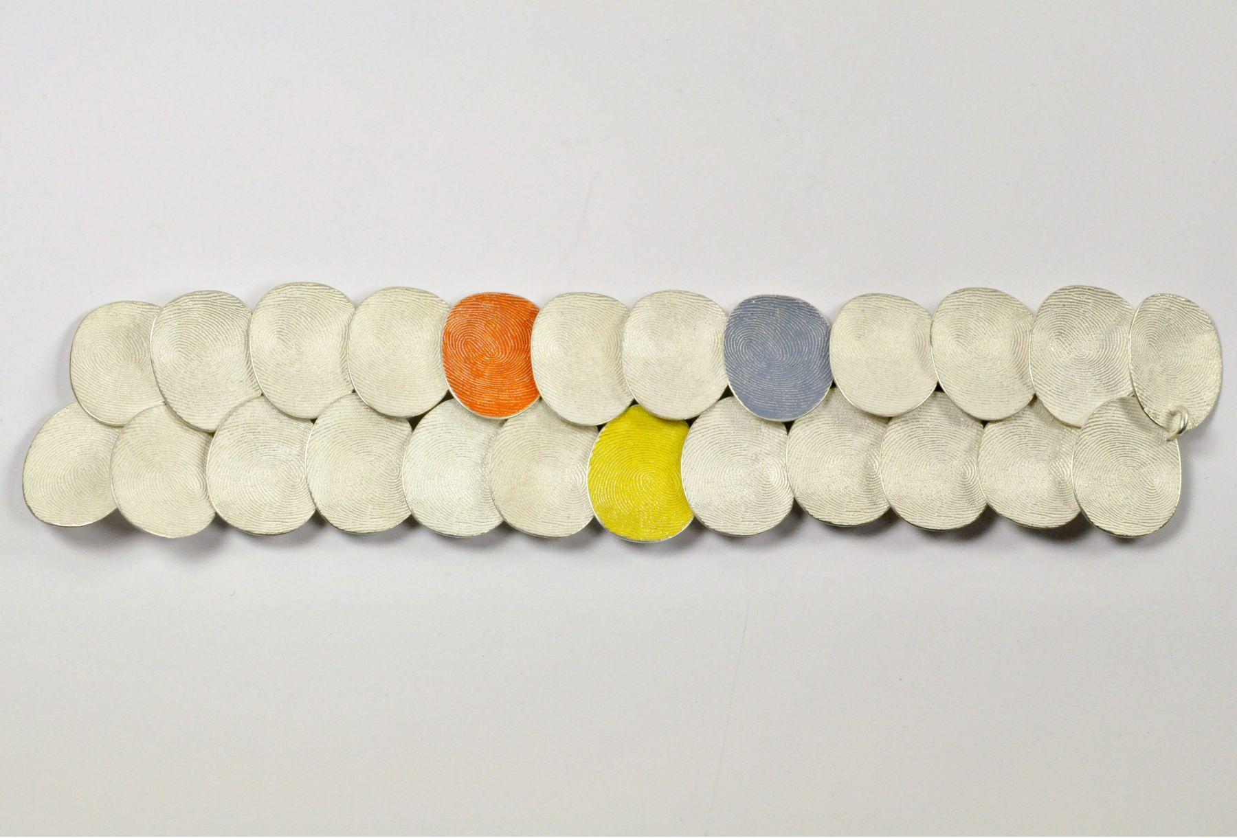 Gerd Rothmann, Ausnahme ist die Regel, armband, 2021, zilver, pigment