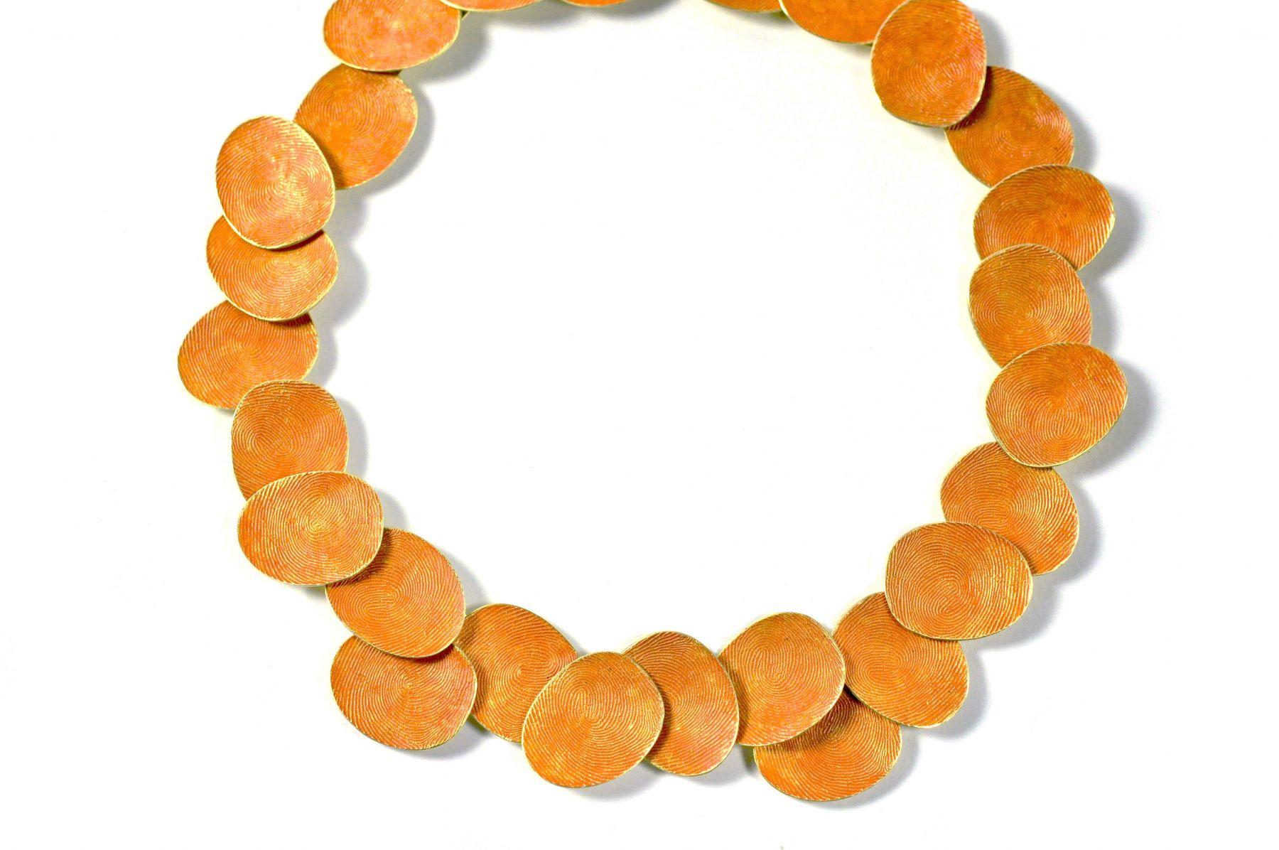 Gerd Rothmann, Orangenes Mäntelchen über Gold, halssieraad, 2021, goud, pigment
